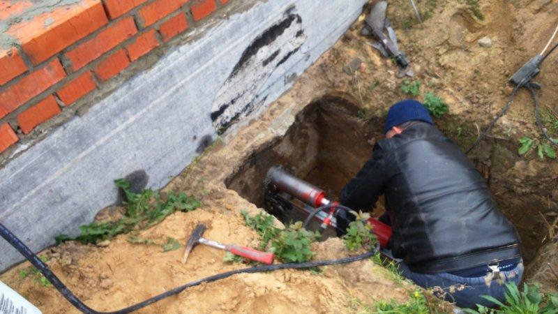 Бурим отверстие под канализацию